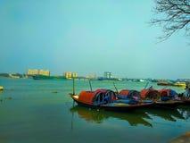 Sväva fartyg i den Ganga floden arkivbild