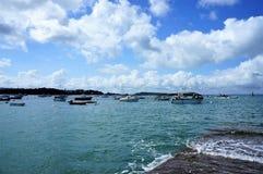 Sväva fartyg på klart blått vatten på Ile som är stor i Brittany France Europe royaltyfri foto