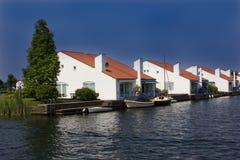 Sväva hus i hamnen Arkivfoton