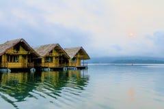 Sväva hus på en sjö Royaltyfria Foton