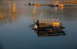 Sväva hus på floden Royaltyfri Foto
