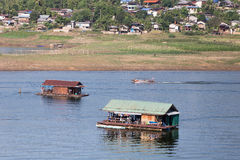 Sväva huset i den Samprasop floden Arkivfoton