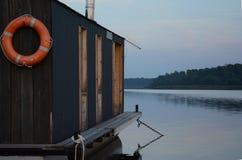 Sväva huset på floden Royaltyfri Fotografi