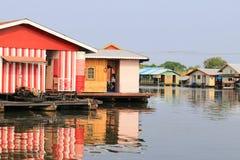 Sväva huset på floden arkivfoto