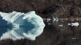 Sväva isberg på spegelyttersida av havhavet lager videofilmer