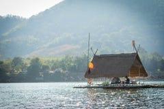 Sväva läge för den nedströms turist- dragningen för flotten på loei i Thailand Arkivbilder