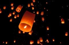 Sväva lyktan, Yi Peng Balloon Festival i Chiangmai Thailand Arkivfoton