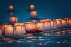 Sväva lyktor i vatten Honolulu Arkivfoton
