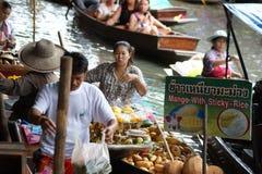 Sväva marknaden, Damnoen Saduak, Thailand Arkivfoton