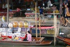 Sväva marknaden, Damnoen Saduak, Thailand Royaltyfri Bild