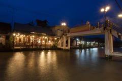 Sväva marknaden på natten i Amphawa, Samut Songkhram, Thailand royaltyfri fotografi