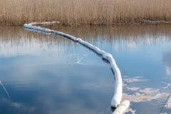 Sväva olje- kontroll dåna på en lugna sjö efter en oljeutsläpp Royaltyfria Bilder