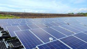 Sväva paneler för sol- energi på en sjö - olik sikt från kamera 2 arkivfilmer