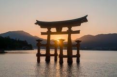 Sväva porten av den Itsukushima relikskrin Miyajima hiroshima royaltyfri foto