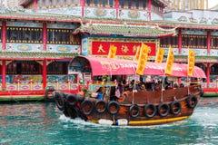 Sväva restaurangen i hamnen av Aberdeen, Hong Kong Royaltyfri Bild