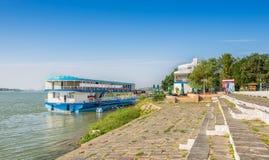 Sväva restaurangen som förtöjas permanent på Danube River Royaltyfri Fotografi