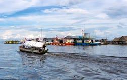 Sväva shoppar i Iquitos, Peru Arkivbilder