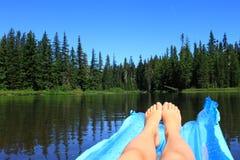 Sväva sjön royaltyfria bilder