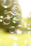 Sväva sommarbubblor arkivbilder