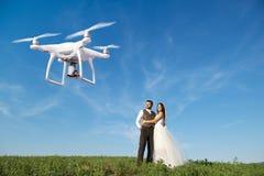 Sväva surret som tar bilder av brölloppar i natur Arkivfoto