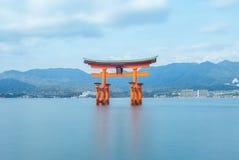 Sväva Torii av den Itsukushima relikskrin i Hiroshima, Japan arkivfoton