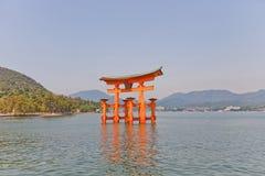Sväva toriiporten av den Itsukushima relikskrin, Japan Lång exponering Royaltyfria Foton