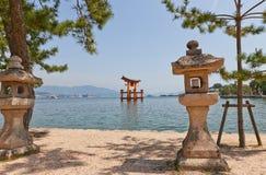 Sväva toriiporten av den Itsukushima relikskrin, Japan Lång exponering Arkivbild