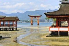 Sväva toriiporten i den Itsukushima relikskrin Royaltyfria Foton