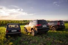 Svävande H3 för Mitsubishi Pajero sport, Lada Niva och för stor vägg Arkivbild