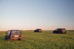 Svävande H3 för Mitsubishi Pajero sport, Lada Niva och för stor vägg Arkivfoto