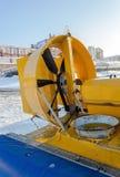 Svävfarkost på isen av den djupfrysta floden Arkivfoto