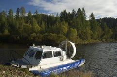 Svävfarkost som förtöjas av floden Royaltyfri Foto