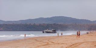 Svävfarkosten, den indiska kustbevakningen seglar i väg från en av är Royaltyfri Bild