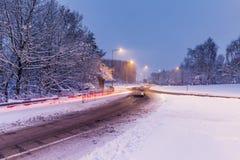 Svåra körningsvillkor på vägen som täckas i insnöad enhet Royaltyfri Fotografi