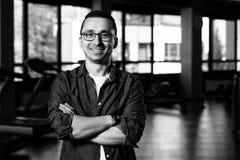 Svag Guy Nerd With Glasses In konditionmitt fotografering för bildbyråer