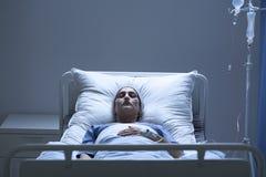 Svag kvinna under kemoterapi arkivbilder