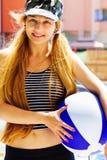 Svago di estate - donna felice attiva che tiene una sfera Fotografia Stock Libera da Diritti