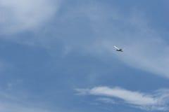 svalaflyg på den blåa himlen Fotografering för Bildbyråer