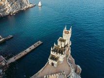 Svalarede - forntida slott överst av bergklippan nära den havsYalta regionen, Krim Härlig berömd slottarkitektur royaltyfria foton