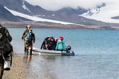 Svalbard, Νορβηγία, στις 3 Αυγούστου 2017: Τουρίστες που εισάγουν το διογκώσιμο zodiak στο νησί Prins Karls Forland, μετά από το  στοκ φωτογραφία