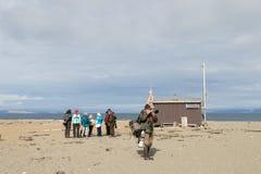 Svalbard Norge, Augusti 3, 2017: Grupp av turister och fotografer som står på stranden på Prins Karls Forland på Royaltyfri Foto