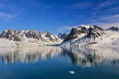 Svalbarden fjordar Magdalenafjord royaltyfri fotografi