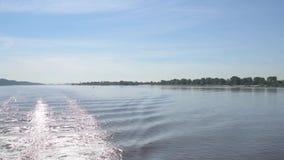 Svallvåg eller vak av det stora skeppet på Elbe River lager videofilmer