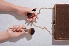 Svamp för makeup för hand för kvinna` s hållande på blå bakgrund Royaltyfri Fotografi
