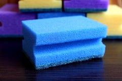 Svamp för skumgummi för tvättande disk vid handen royaltyfri bild