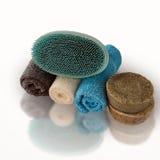 Svamp och tvål och handdukar Arkivfoton