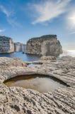 Svampen vaggar, på segla utmed kusten av Gozo, Malta Royaltyfri Fotografi
