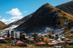 Svan在Ushguli公社的Chazhashi村庄耸立在山的脚 高加索,上部Svaneti,乔治亚 免版税图库摄影