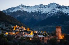 Svan ragt mit Beleuchtung in Mestia bei Sonnenaufgang, Svaneti, Georgia hoch Lizenzfreies Stockbild