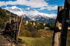 Svan si eleva in Mestia contro le montagne, Svaneti, la Georgia Fotografie Stock Libere da Diritti